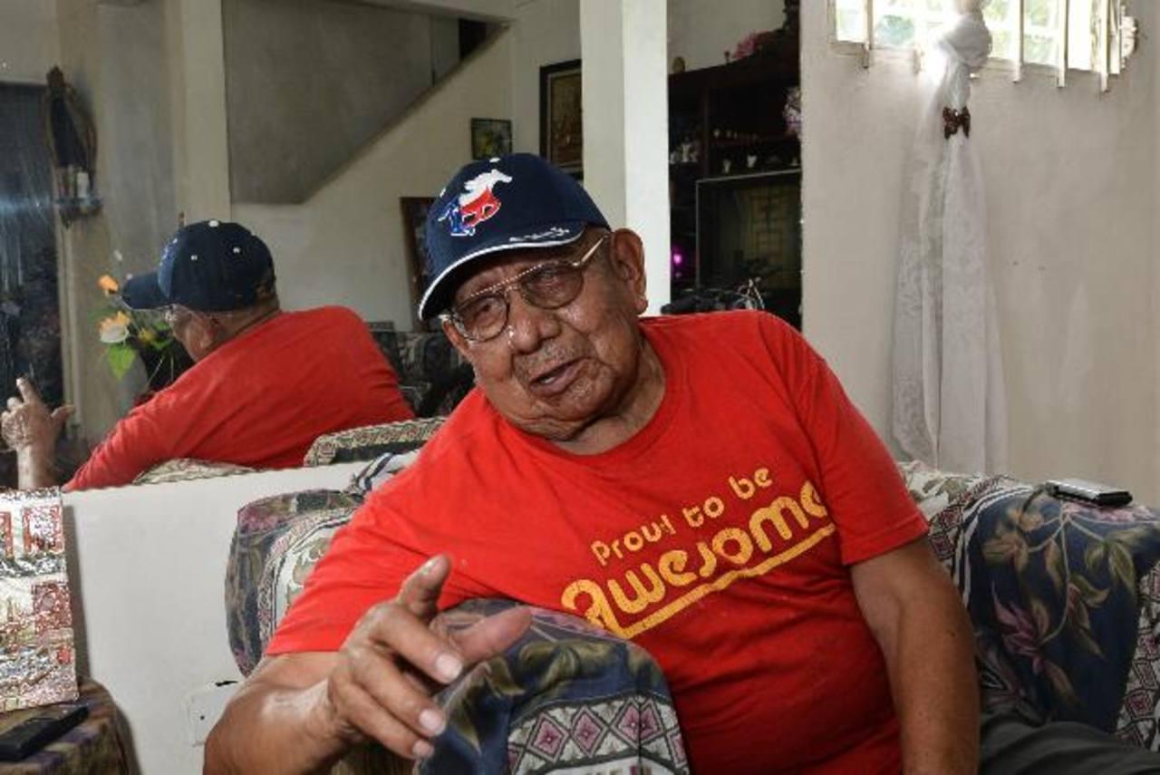 José Huezo de 83 años, un afiliado al Seguro Social, explica sobre el problema que enfrenta por la falta de un aparato auditivo. Foto EDH / Omar carbonero