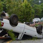 Dos personas sufrieron heridas luego de que el conductor del vehículo P 239-413 perdiera el control. Foto EDH / Douglas Urquilla