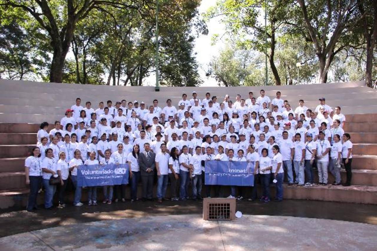 Más de 150 voluntarios pusieron sus manos a trabajar para la mejora del Parque Cuscatlán. FOTO EDH / david rezzio