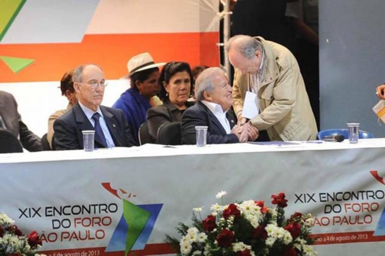 Salvador Sánchez Cerén (segundo de la derecha) junto a miembros del Foro Sao Paulo. Foto EDH