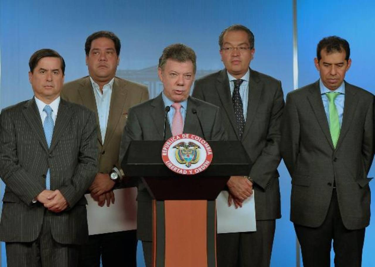 Santos junto a dirigentes partidarios ayer al momento de hacer el anuncio. edh /EFE