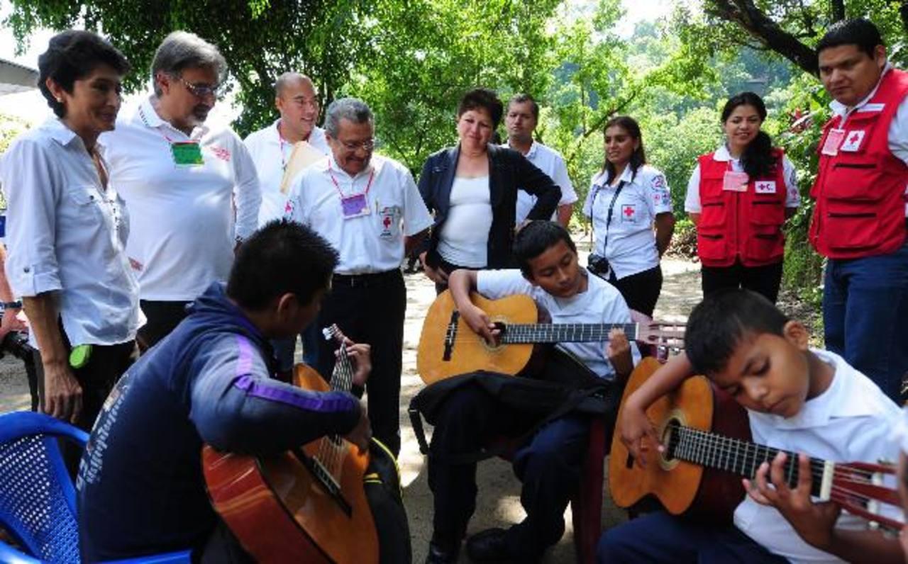 Francesco Rocca visitó la comunidad Habitat Confíen en compañía de funcionarios de Cruz Roja Salvadoreña. Foto edh/l.Lemus