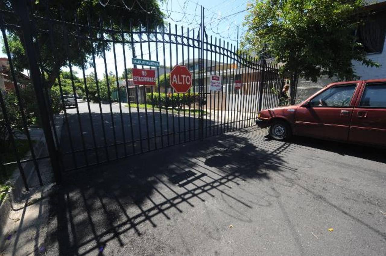 De acuerdo con los habitantes de la zona desde que se pusieron las estructuras se ha logrado aminorar los asaltos y saqueos en estas calles. foto edh / archivo