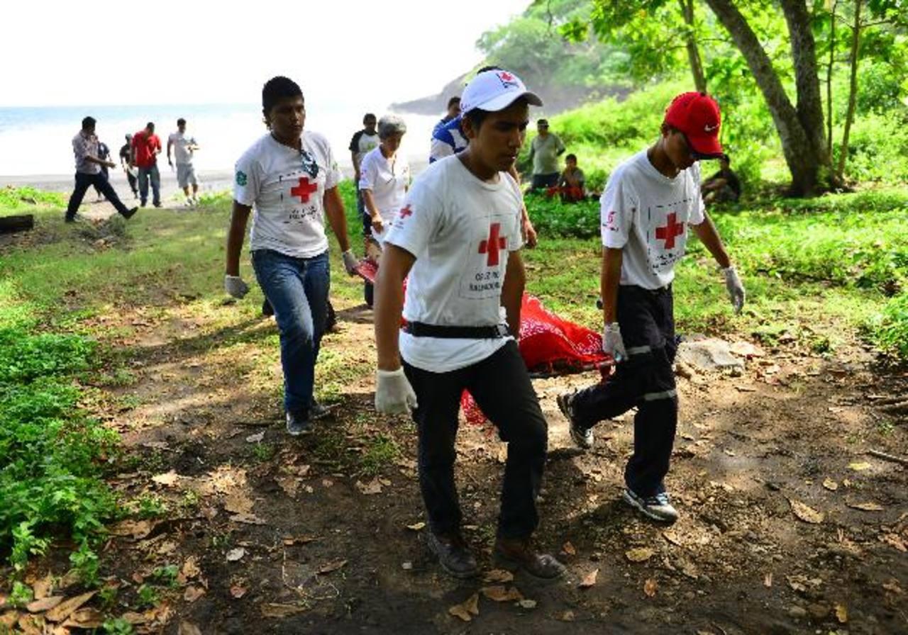 Las dos mujeres fallecidas habían llegado a la playa desde Soyapango. Foto EDH / César Avilés.