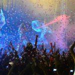 Acróbatas, globos y mucho color estuvieron presentes en el evento del sábado por la noche.