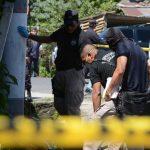 Autoridades reconocen el cadáver de Josué Isaac Gómez, de 17 años, ultimado en Santiago Texacuangos. Foto EDH / Salomón Vásquez