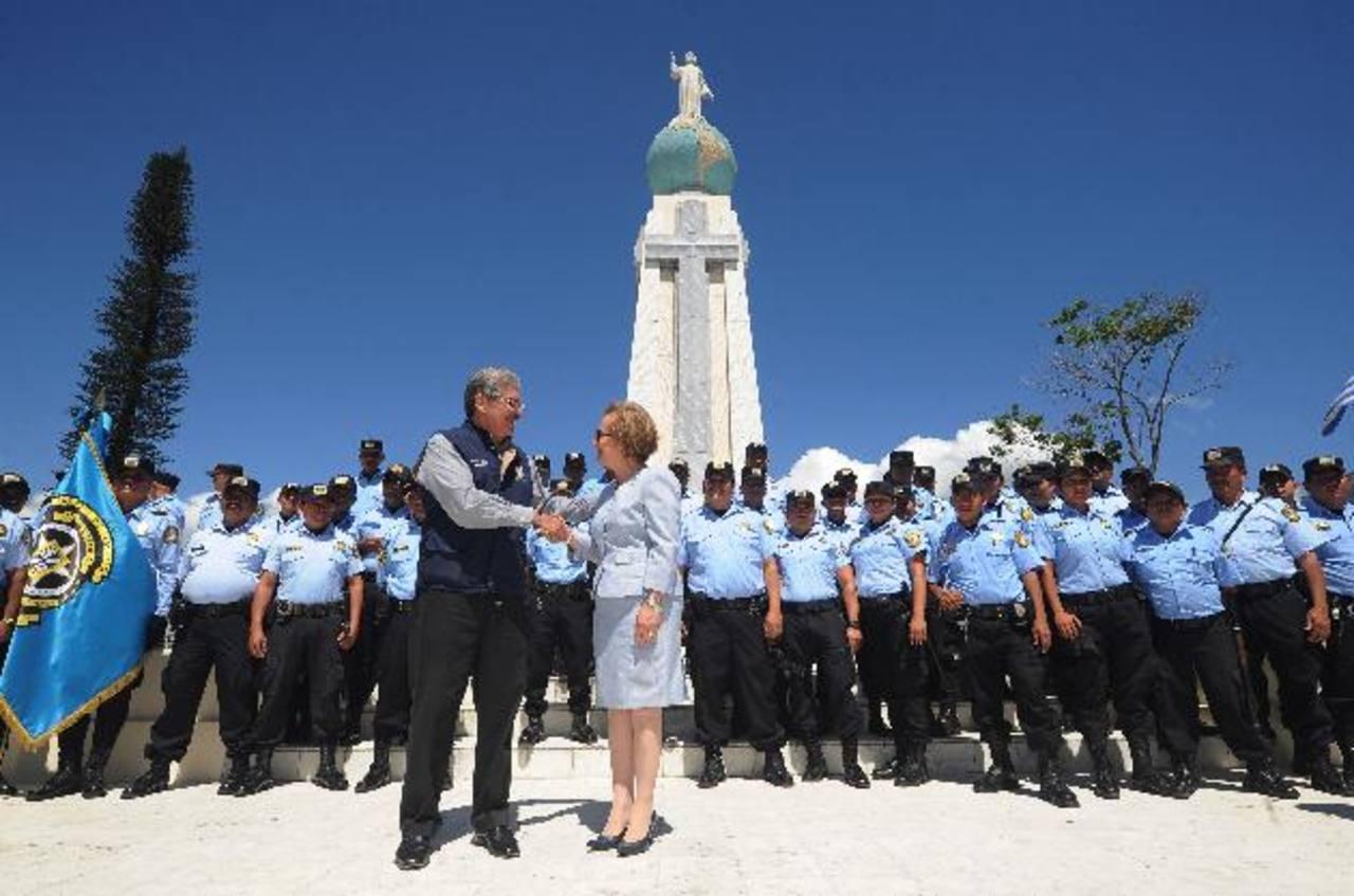 Norman Quijano entregó simbólicamente ayer su cargo como alcalde a Gloria de Oñate. Foto EDH / Marlon Hernández