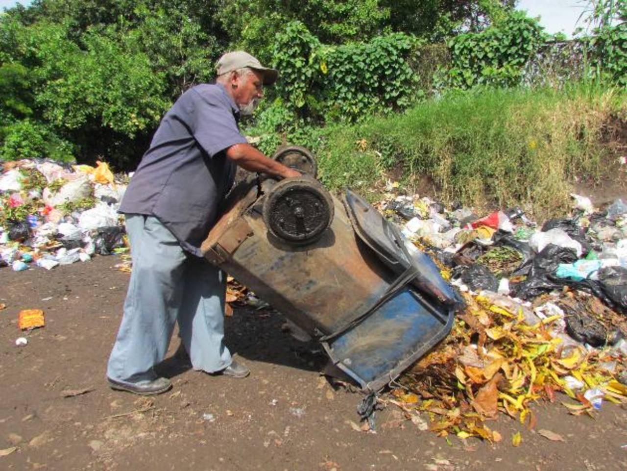Los empleados de aseo urbano siguen utilizando los recipientes viejos y en mal estado para recolectar la basura. Foto EDH / Mauricio Guevara