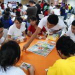Con juegos se crean condiciones para que los estudiantes vayan tomando decisiones empresariales. Foto edh / Cortesía