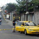 Policía procesa la escena con el vehículo en el que escapaban dos sujetos luego de un asesinato. Foto EDH /Jaime López