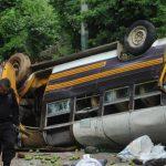 Según la PNC, el conductor perdió los frenos, llevaba llantas lisas, exceso de velocidad y sobrecarga, lo que contribuyó al percance con saldo mortal. Foto EDH / Lissette Monterrosa.