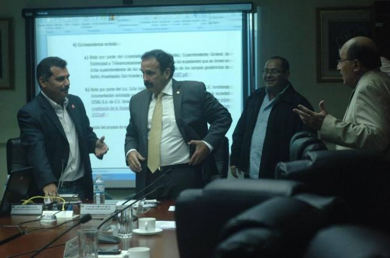 Jaime Valdez, (izquierda), presidente de la comisión, conversa con sus colegas Francis Zablah y Mario Valiente. foto edh / archivo