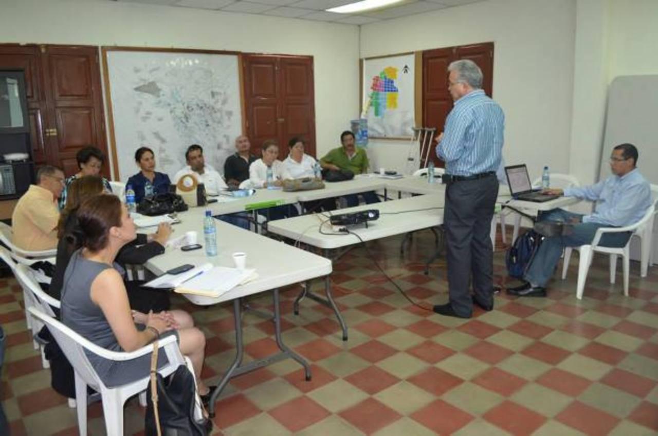 Las capacitaciones se llevan a cabo en el salón de usos múltiples de la alcaldía de la localidad. Participan representantes de la comuna y de AtiquizTur. Foto EDH / Cortesía