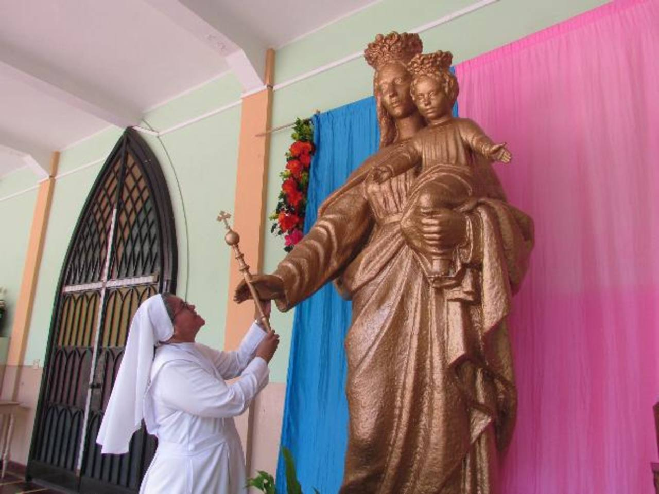La efigie será colocada nuevamente en la cúspide del instituto que lleva su nombre. Foto EDH / Mauricio Guevara