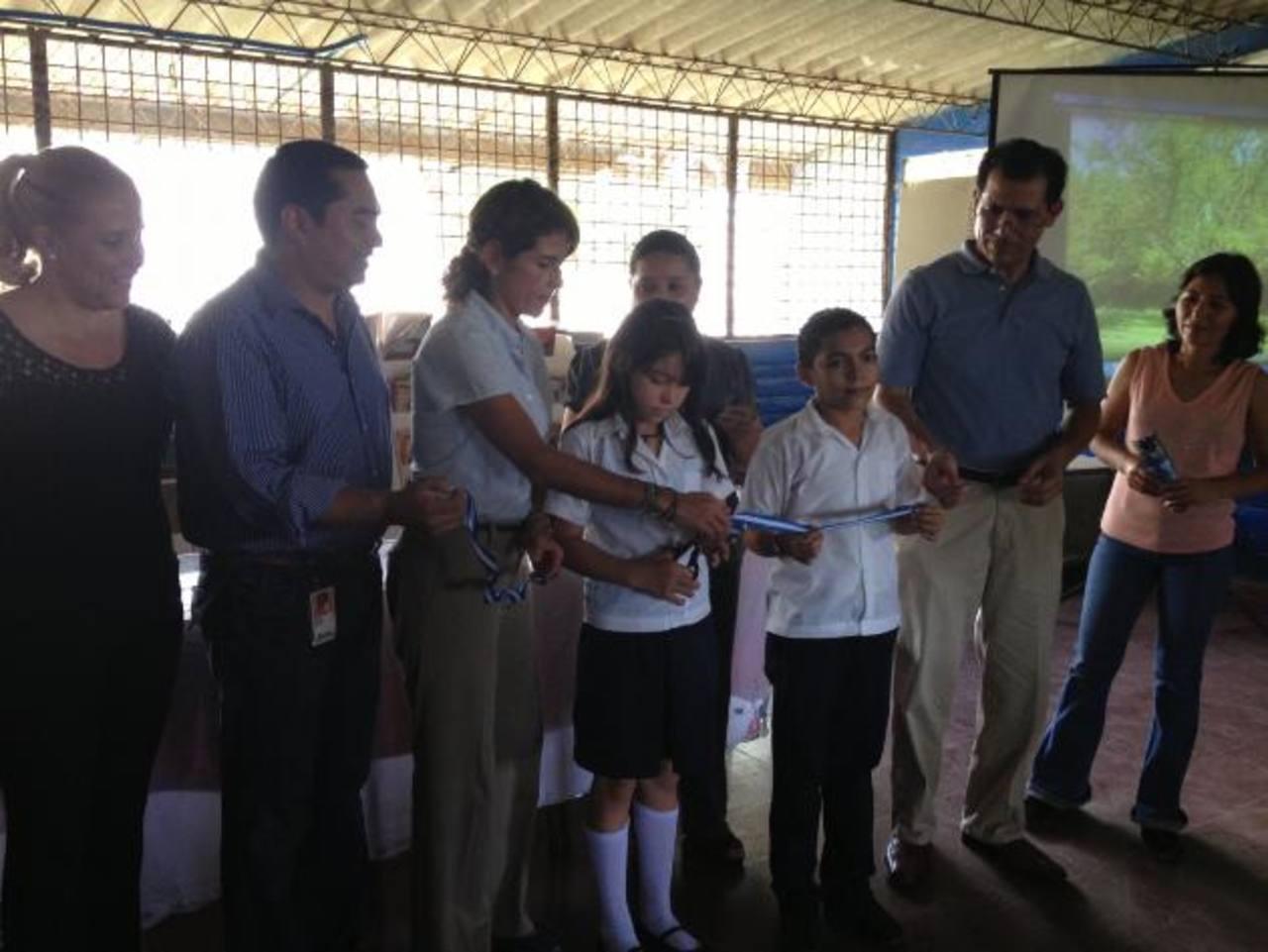 Representantes del Centro Escolar Llanos de Achichilco y de Microsoft realizaron el corte de cinta. foto edh / cortesía