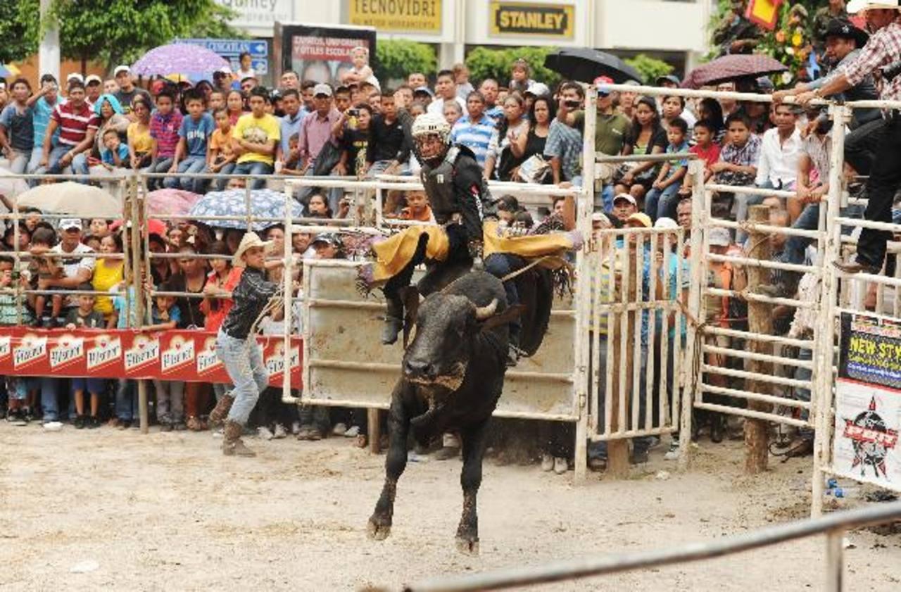 Un atrevido y emocionante espectáculo ofrecieron los jinetes en el jaripeo organizado en el parque Cuscatlán.
