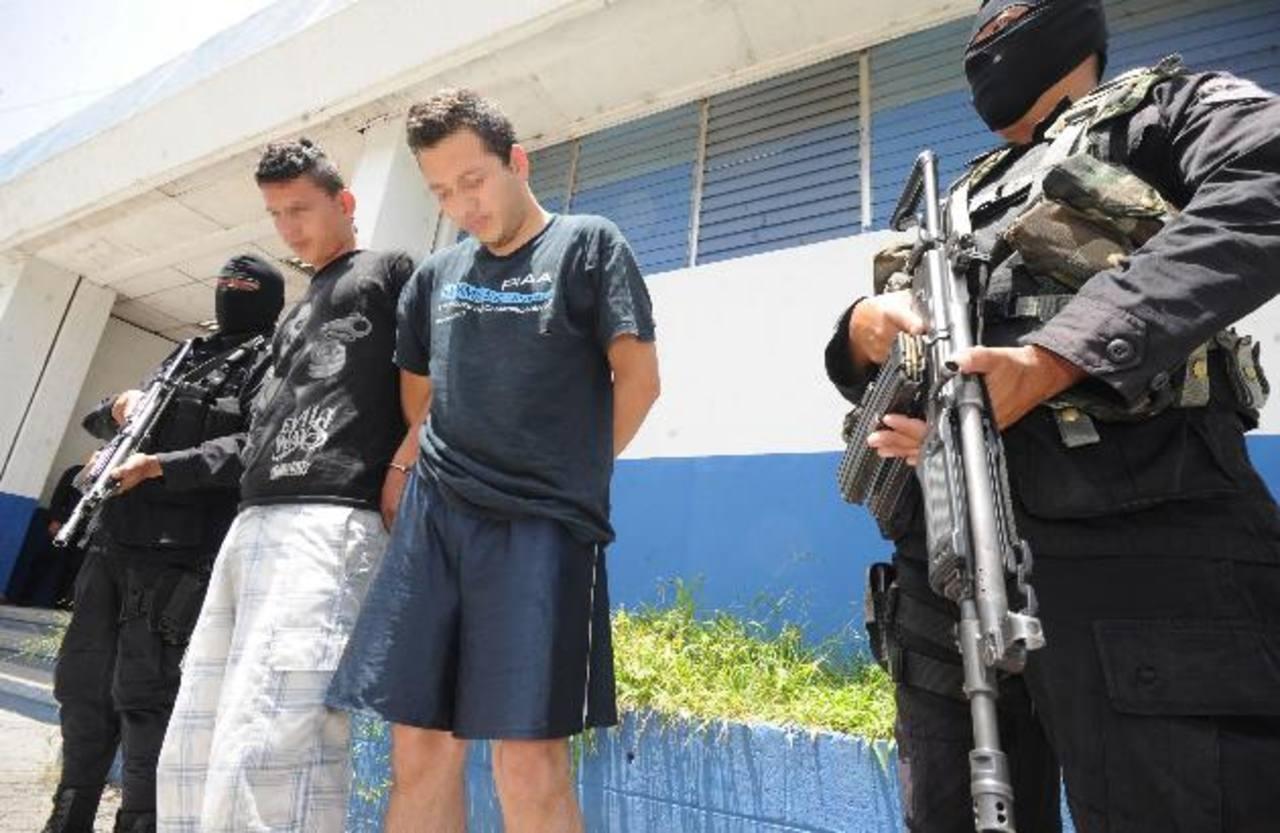A dos de los tres supuestos pandilleros los tienen en las bartolinas policiales de Soyapango. Foto EDH / Claudia Castillo.