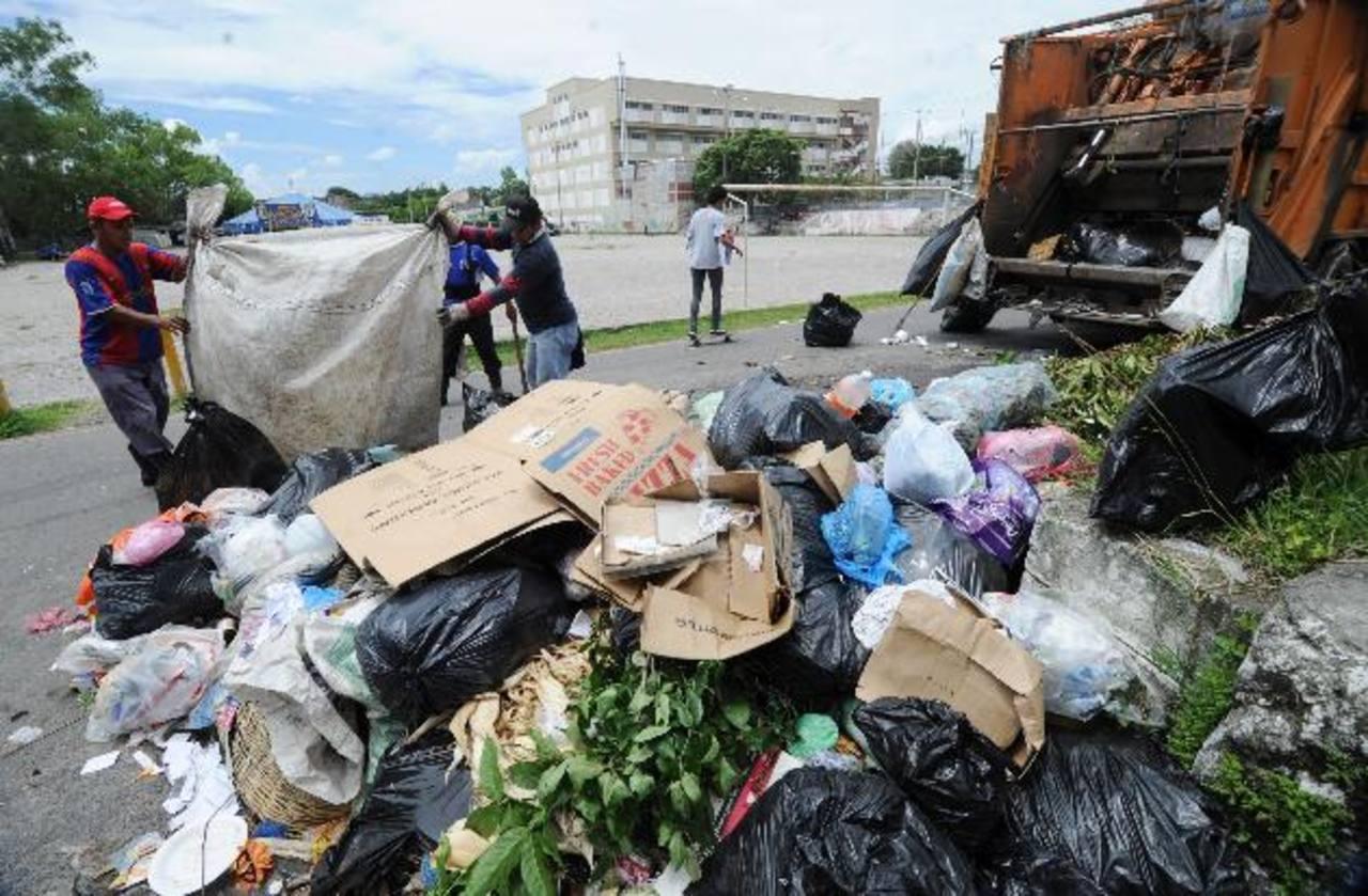 La comuna comenzó a levantar los desechos con la ayuda de camiones de San Salvador. Foto edh / Claudia castillo