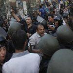 Fuerzas de seguridad egipcias desalojaron ayer la mezquita Al-Fath, símbolo de la resistencia islámica, donde se habían atrincherado afines a Mursi. foto / Reuters