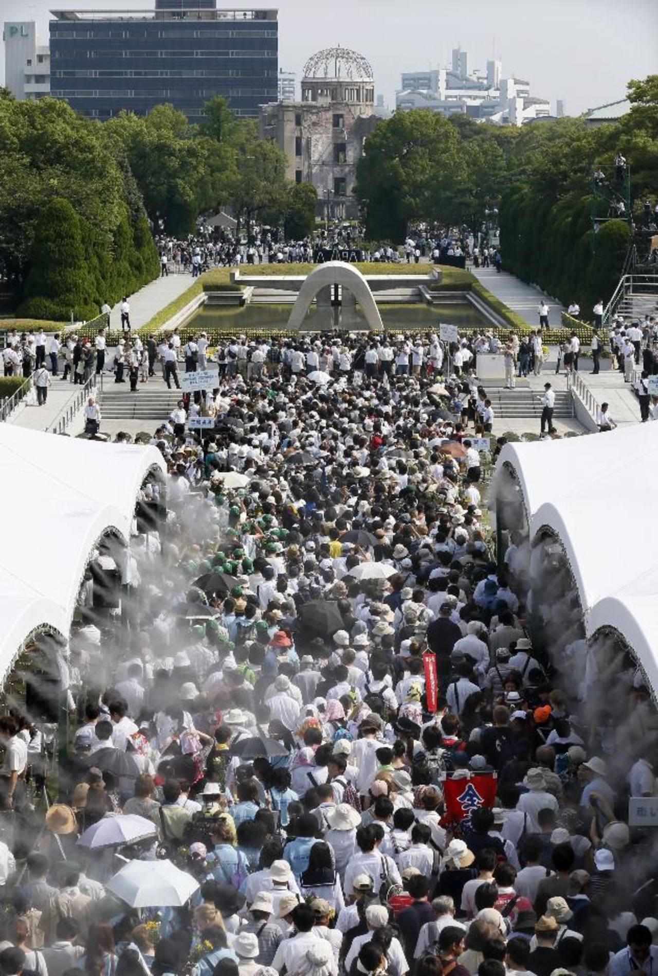 Cientos hacen fila frente al Domo de la Bomba Atómica en el Monumento de Paz.