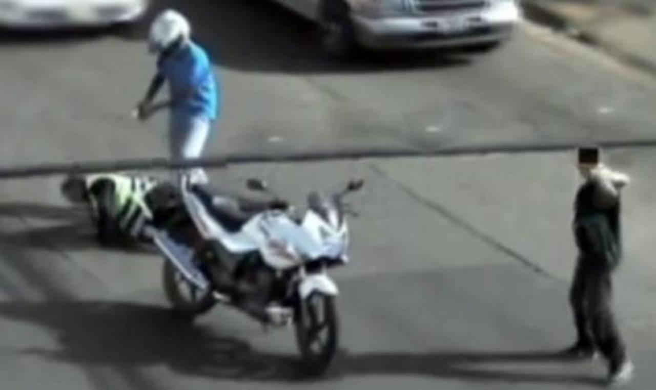 Video: Motociclistas matan a policía en calle de Honduras