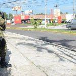Varios militares permanecían ayer cerca del lugar donde fue encontrado asesinado Jorge Alberto Barahona Pineda, un coronel retirado. Foto EDH / Miguel Villalta