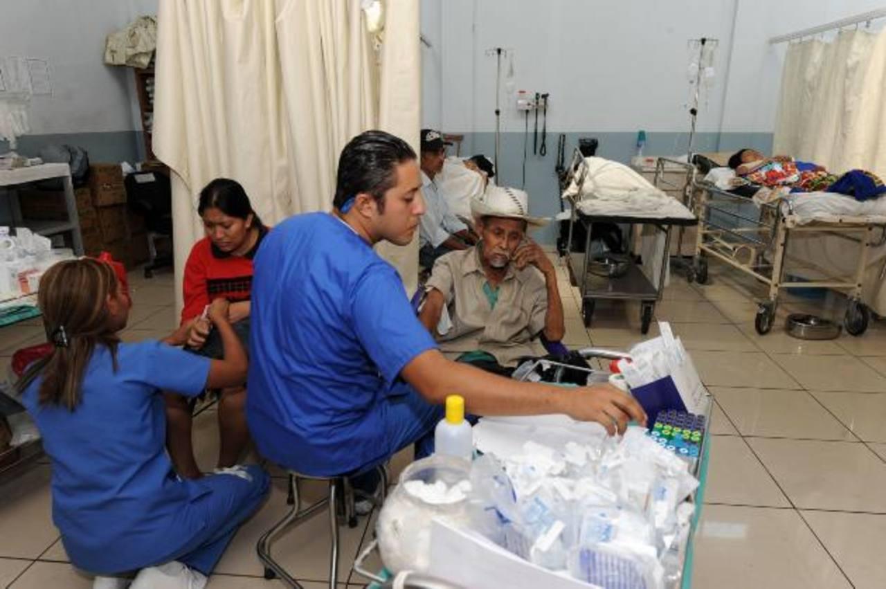 En el Hospital Rosales los pacientes son atendidos donde sea. La saturación de algunos centros médicos es fatal.
