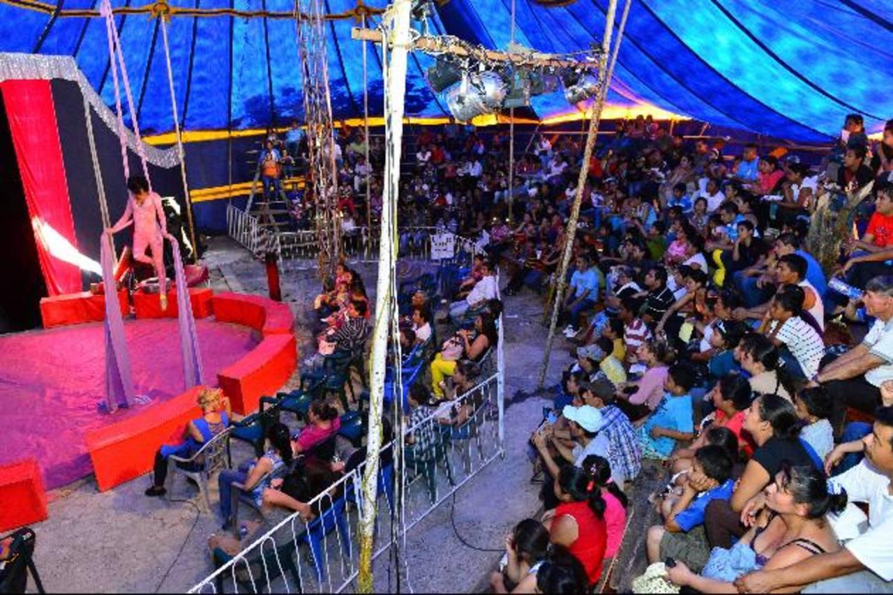 La magia y la diversión de los artistas circenses es aplaudida por grandes y chicos, quienes disfrutan de cada momento de diversión que ofrece el Campo de Feria durante las fiestas agostinas dedicadas al Divino Salvador del Mundo. Anímese a visitar l