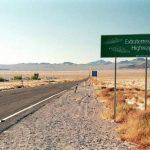 """Imagen de la vía bautizada como la """"carretera extraterrestre"""" que pasa cerca del complejo militar conocido como """"Área 51"""" en la zona desértica de Nevada. foto edh / Internet"""