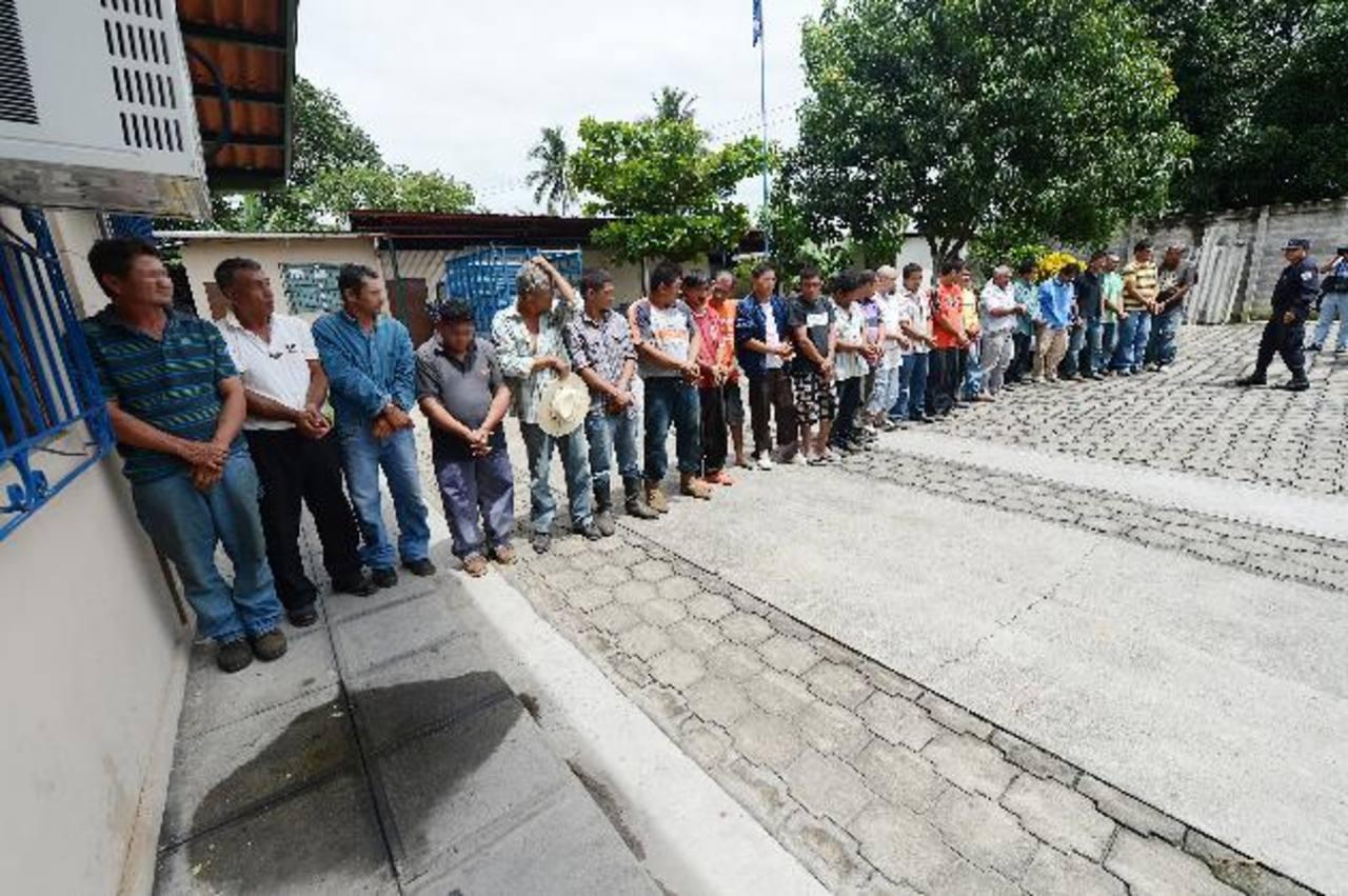 Estas personas fueron capturadas por la Policía de Apopa la madrugada de ayer por estar acusadas de pertenecer a una banda dedicada al robo de ganado en la zona norte de San Salvador. La PNC les atribuye el robo de 70 cabezas de ganado. Foto EDH / Os