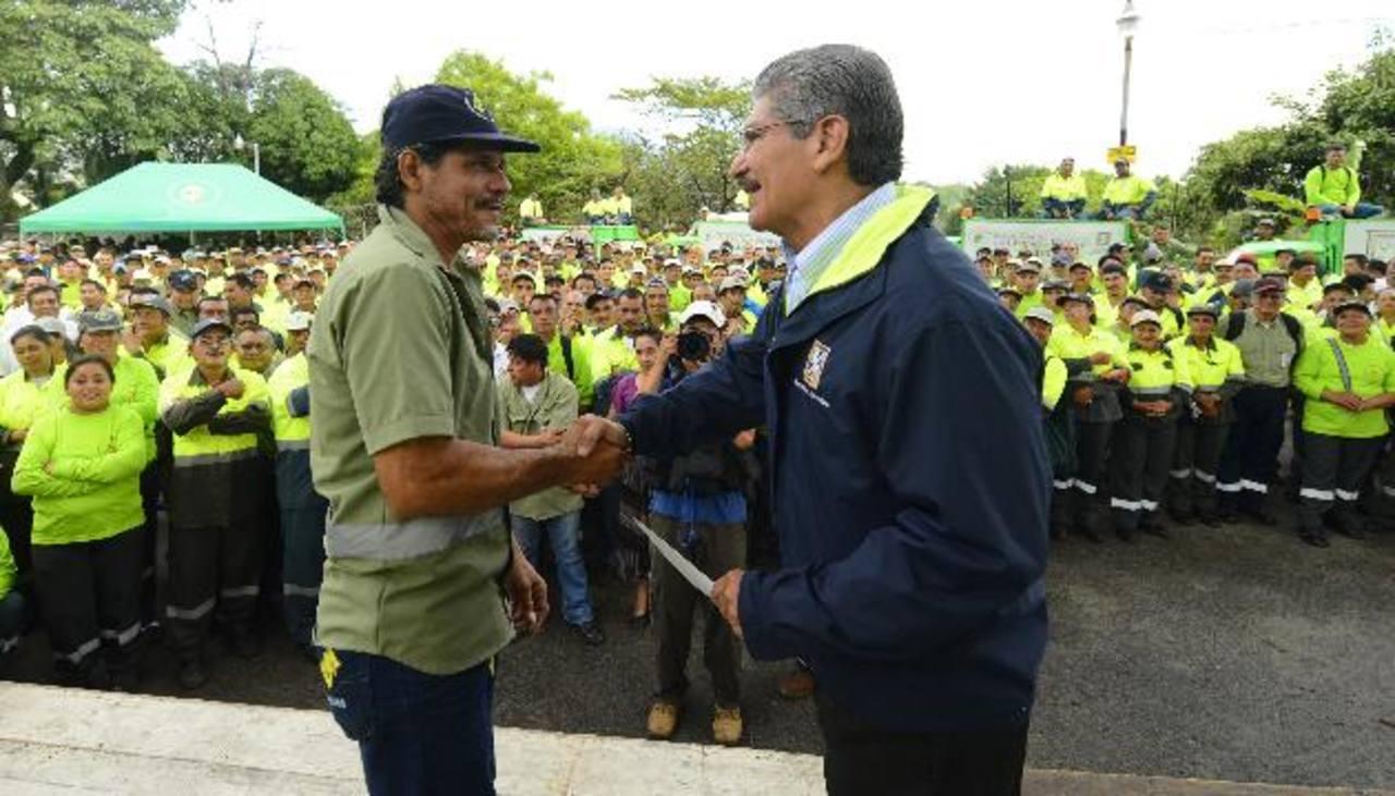 Los empleados municipales capitalinos mostraron su afecto al hoy exalcalde Norman Quijano. foto edh / Marvin recinos Quijano develó la placa del centro de operaciones de desechos sólidos. foto edh / Marvin recinos