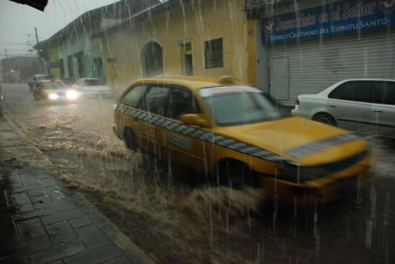 La imagen muestra los estragos que causó la fuerte tormenta del martes en la zona urbana de la cabecera de La Unión. El tráfico vehicular fue afectado. foto edh / insy méndoza