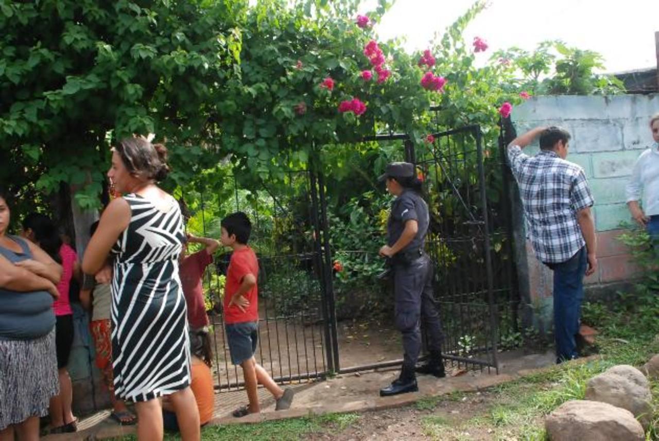 Familiares de Ramón Aragón esperan en la entrada de la casa donde ocurrió la tragedia. Foto EDH / Insy Mendoza