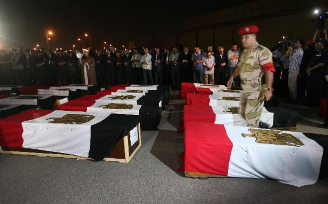 En El Arish, egipcios se reúnen junto a los féretros de los 24 policías asesinados en una emboscada. foto edh / efeMohamed Badie fue capturado anoche en un apartamento en Ciudad Nasr, un distrito en el este de El Cairo.