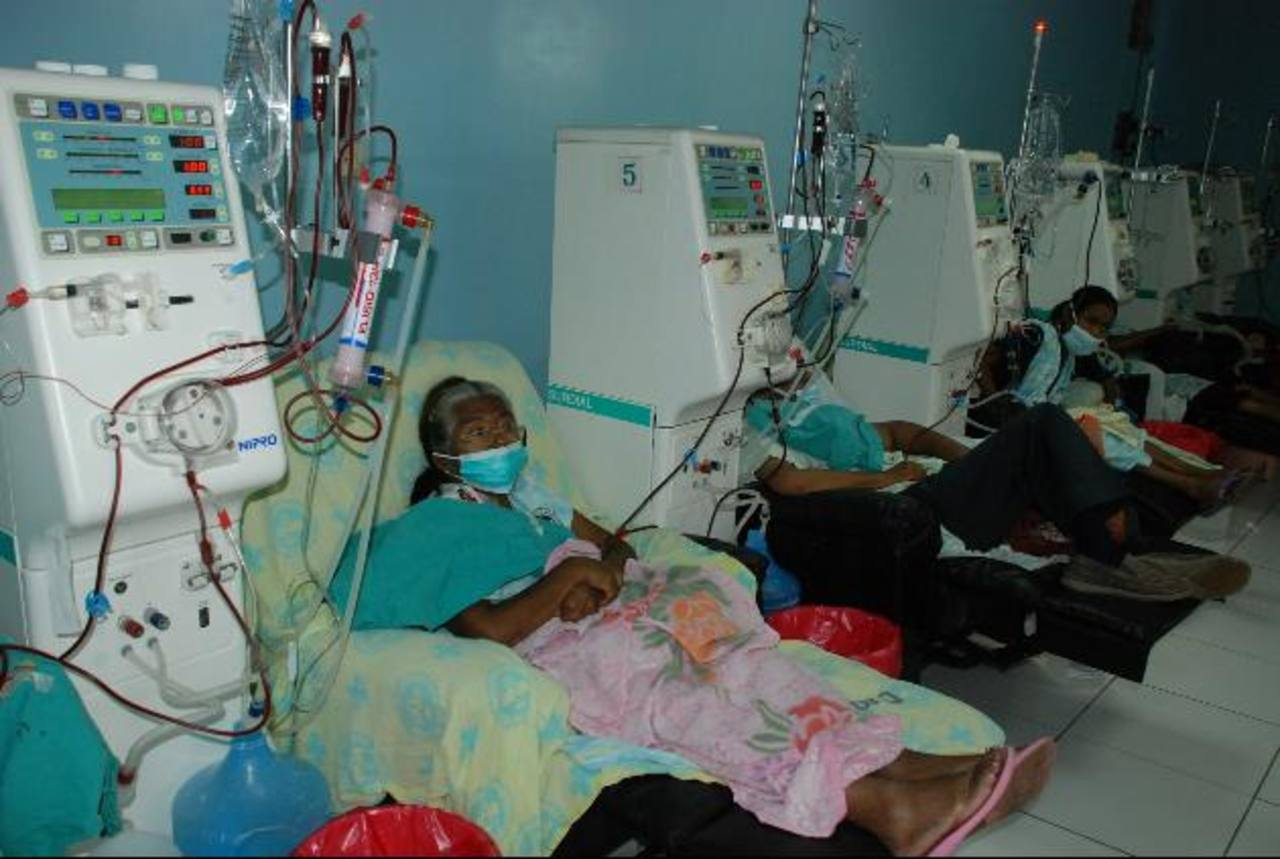 Los pacientes que reciben hemodiálisis deben de estar conectados por tres horas.