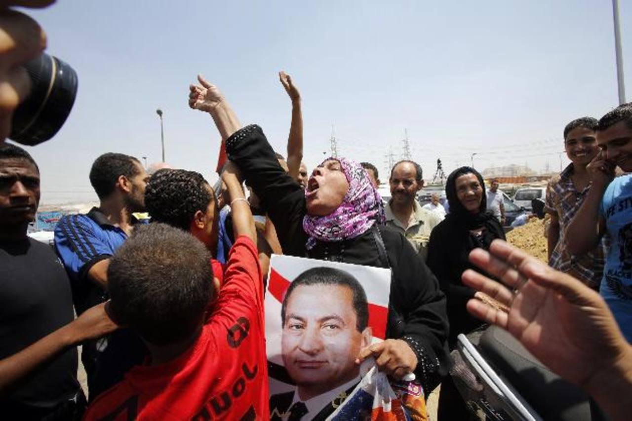 Simpatizantes el depuesto líder egipcio esperan su liberación. Foto Reuters