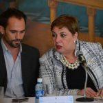 Los funcionarios Alejo Campos y Ana Magdalena Granadino ayudándose durante el último informe. Fotos EDH / mario amaya