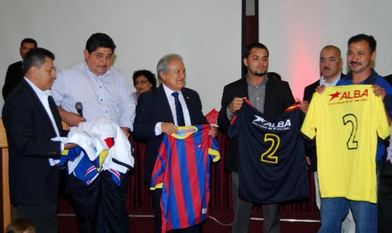 """El candidato a presidente por el FMLN, Salvador Sánchez Cerén, entregando uniformes a equipos que participan en el torneo """"Copalba"""" a nivel nacional."""