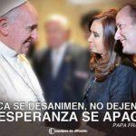 El afiche con el Papa Francisco, la presidenta Cristina Fernández y el precandidato oficialista Martín Insaurralde. foto edh