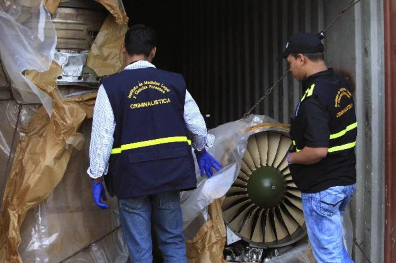 Autoridades panameñas presentan un grupo de contenedores con piezas de aviones el pasado, martes 30 de julio, en el puerto de Manzanillo, en la caribeña ciudad de Colón. Los aviones caza venía en el barco norcoreano. foto edh / efe