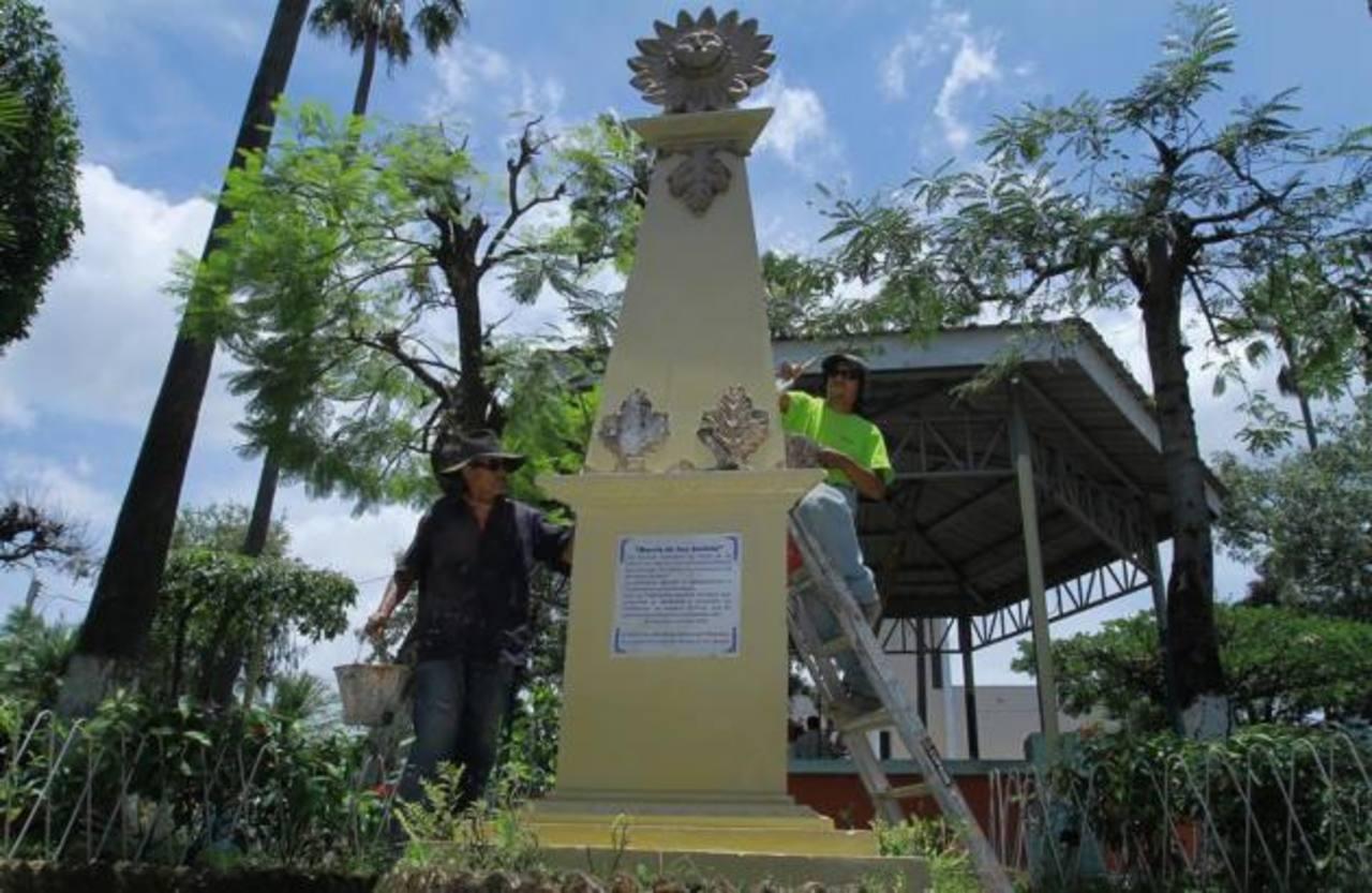 Empleados de la comuna se encargaron de pintar el monumento ubicado en el parque San Jacinto. foto edh / cortesía