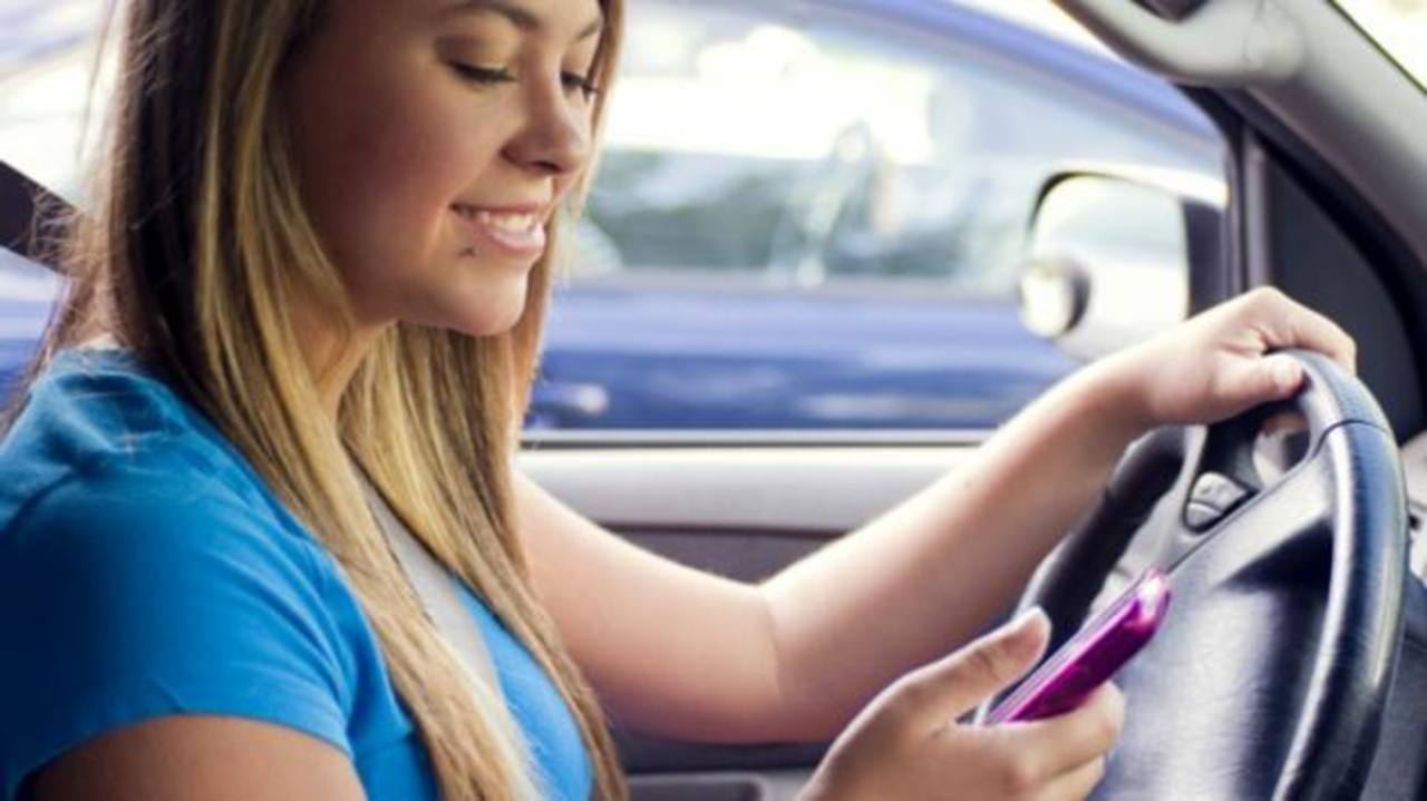 El uso de mensajes de texto al conducir altera la conducta.