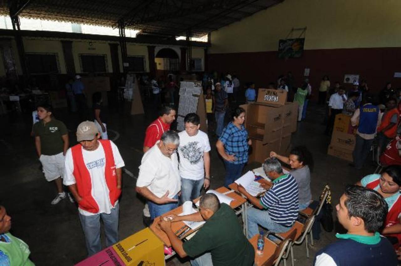 Los candidatos han comenzado a cazar votos para los comicios de 2014 en redes sociales. Foto EDH / archivo