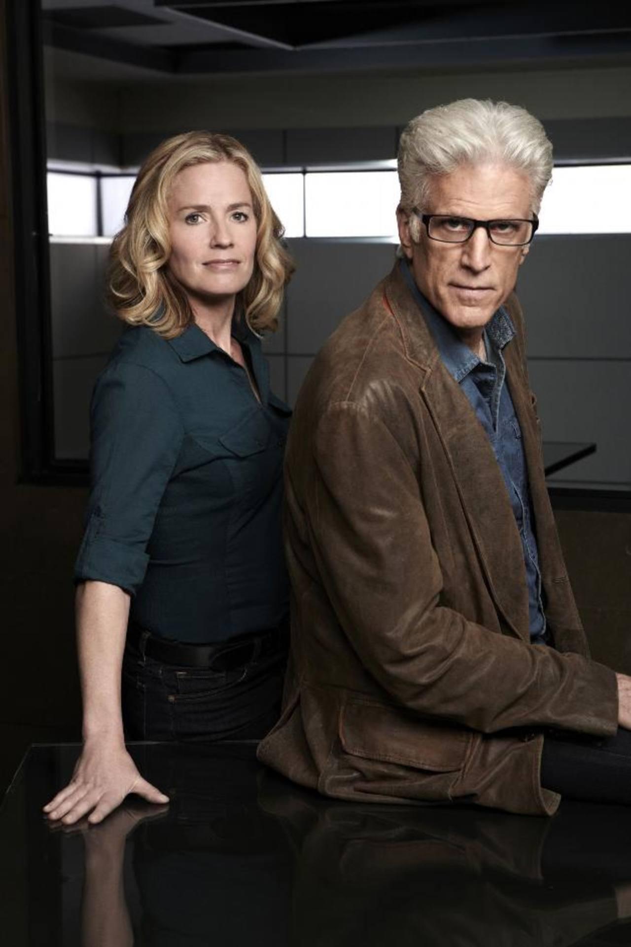La actriz junto al actor Ted Danson. Juntos interpretan a los detectives Julie Finlay y D.B. Russell en CSI.