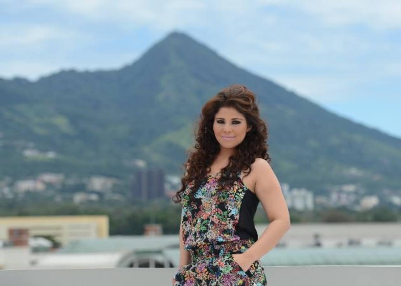 La chica de 22 años compartió su experiencia con la prensa en las instalaciones de Canal 12. Foto EDH/Douglas Urquilla