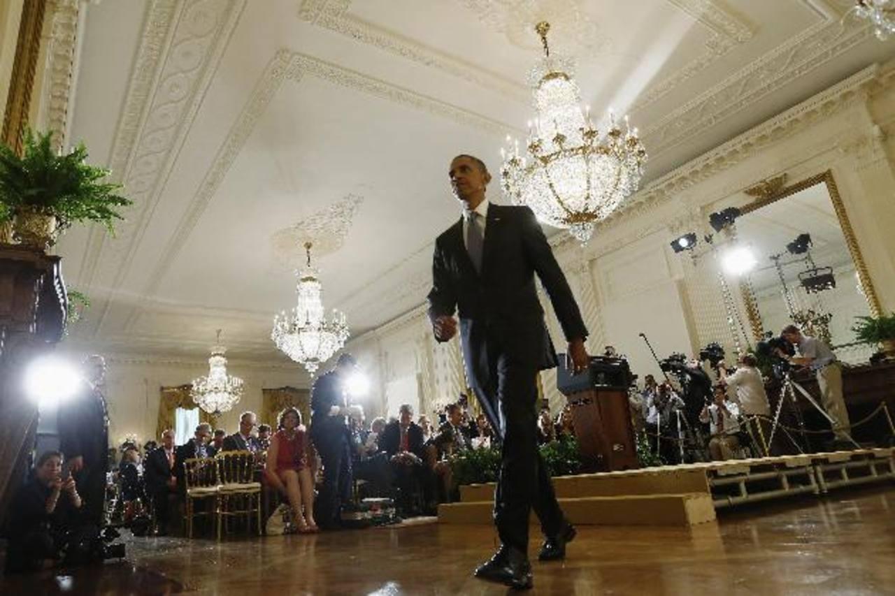 El presidente Barack Obama se retira luego de la conferencia de prensa en uno de los salones de la Casa Blanca. Desde abril no daba conferencias. Foto edh /AP