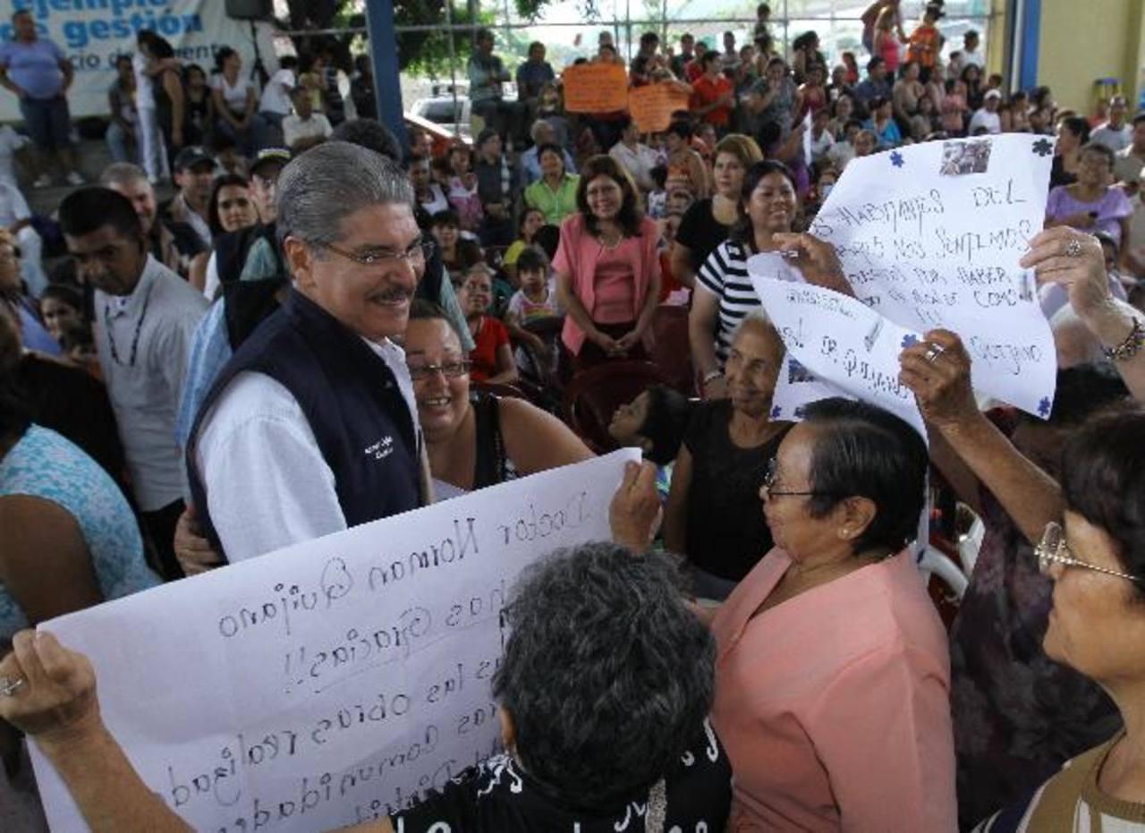 Quijano recibió muestras de cariño en el Centro Pedro Pablo Castillo antes de depositar la Alcaldía. foto edh / cortesía