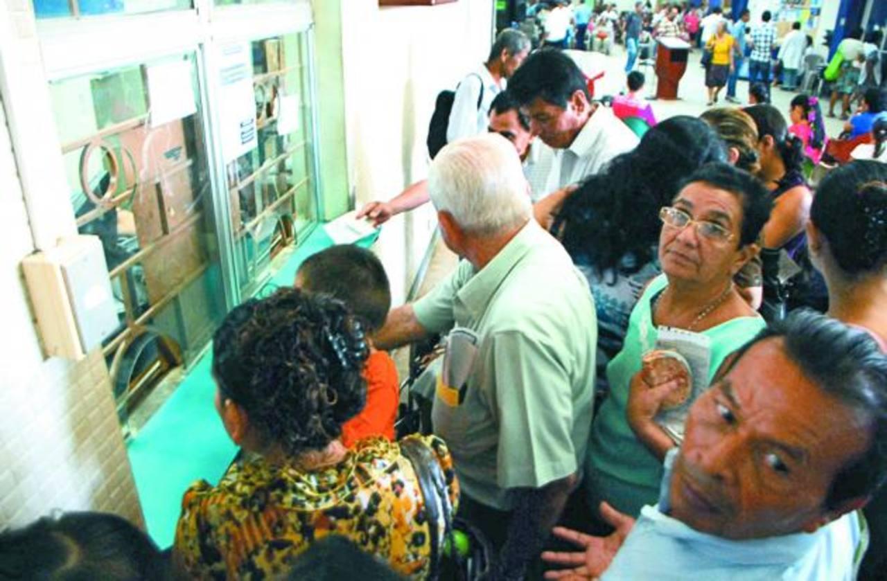 Mientras el acto se realizaba, los pacientes colmaron la farmacia, tras horas de espera.
