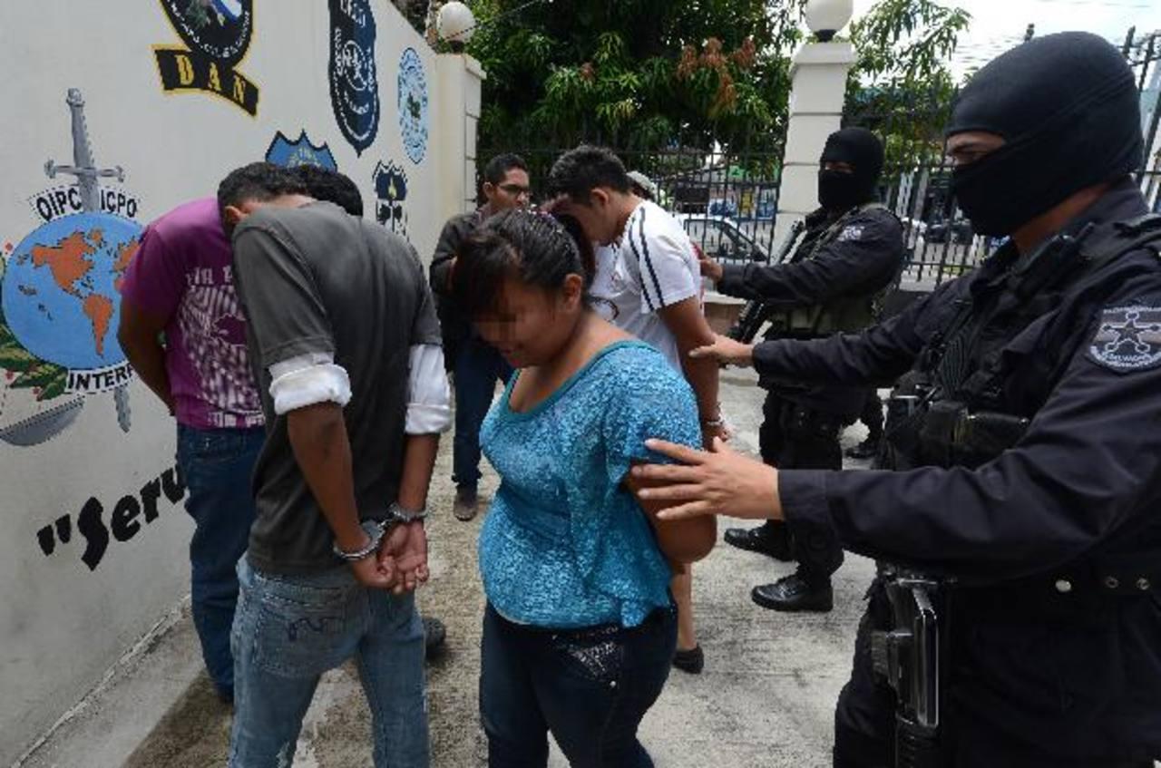 Los tres hombres y la mujer serán llevados en las próximas horas a los tribunales de justicia. Foto EDH