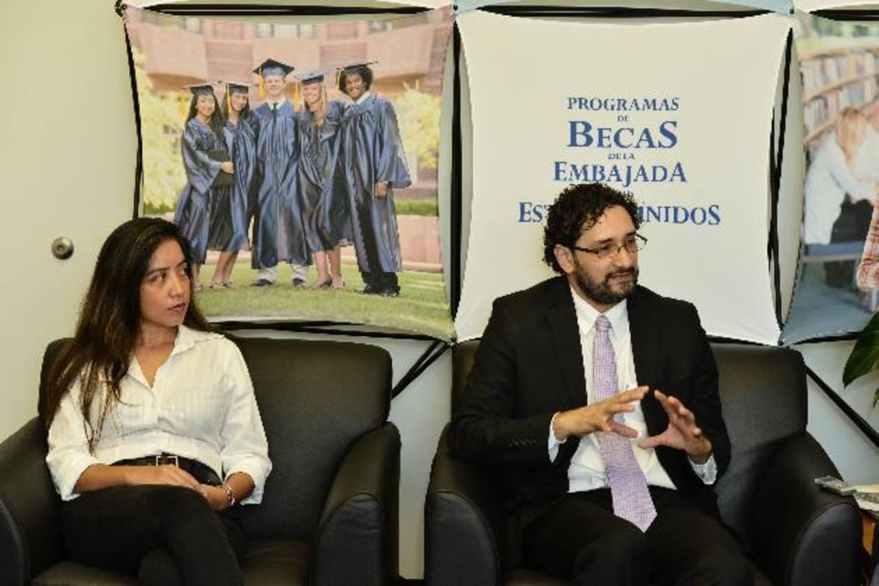 Sandra Gutiérrez Poizat y Fernando Aguilar expusieron sus proyectos académicos y de investigación. Foto EDH / Omar carbonero